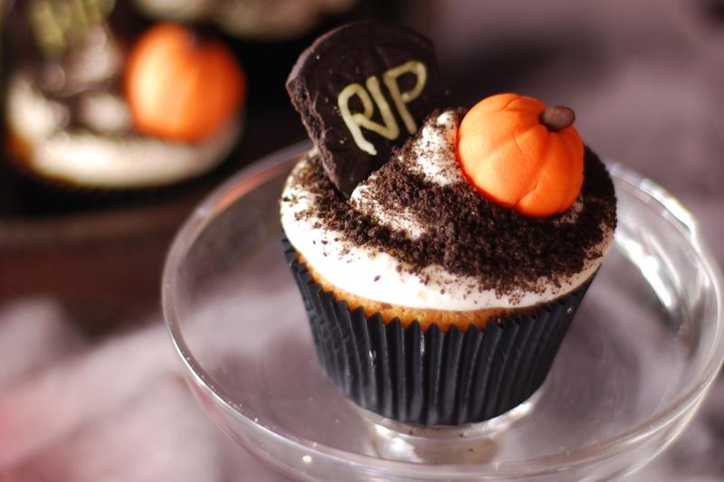 Añadimos la decoración a nuestros cupcakes.